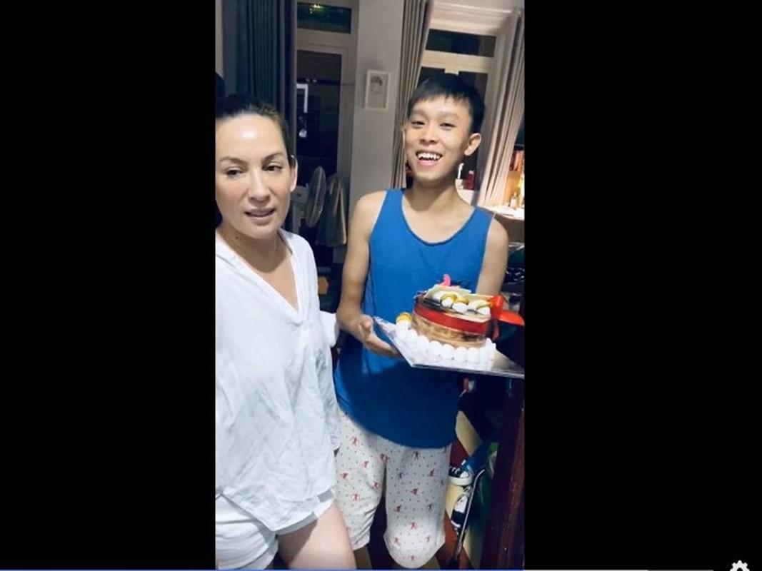 Ho Van Cuong don sinh nhat 18 tuoi ben me nuoi Phi Nhung-Hinh-5