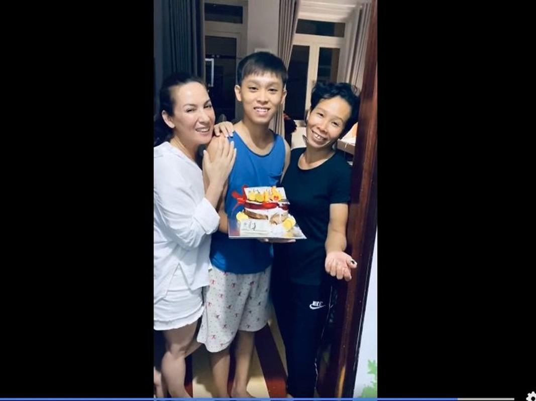 Ho Van Cuong don sinh nhat 18 tuoi ben me nuoi Phi Nhung-Hinh-6