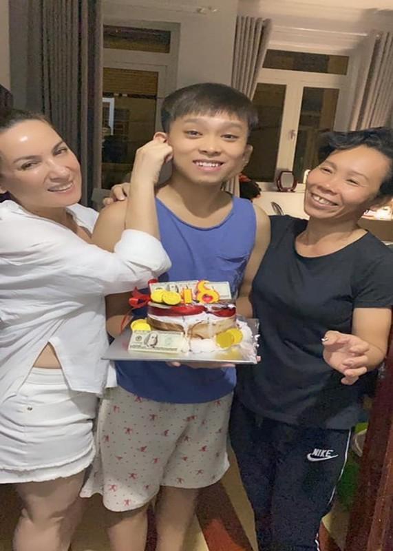 Ho Van Cuong don sinh nhat 18 tuoi ben me nuoi Phi Nhung-Hinh-7
