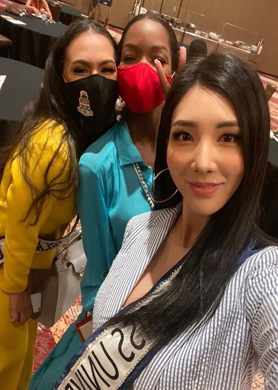 Hanh dong ghi diem cua Khanh Van voi ban cung phong o Miss Universe-Hinh-7