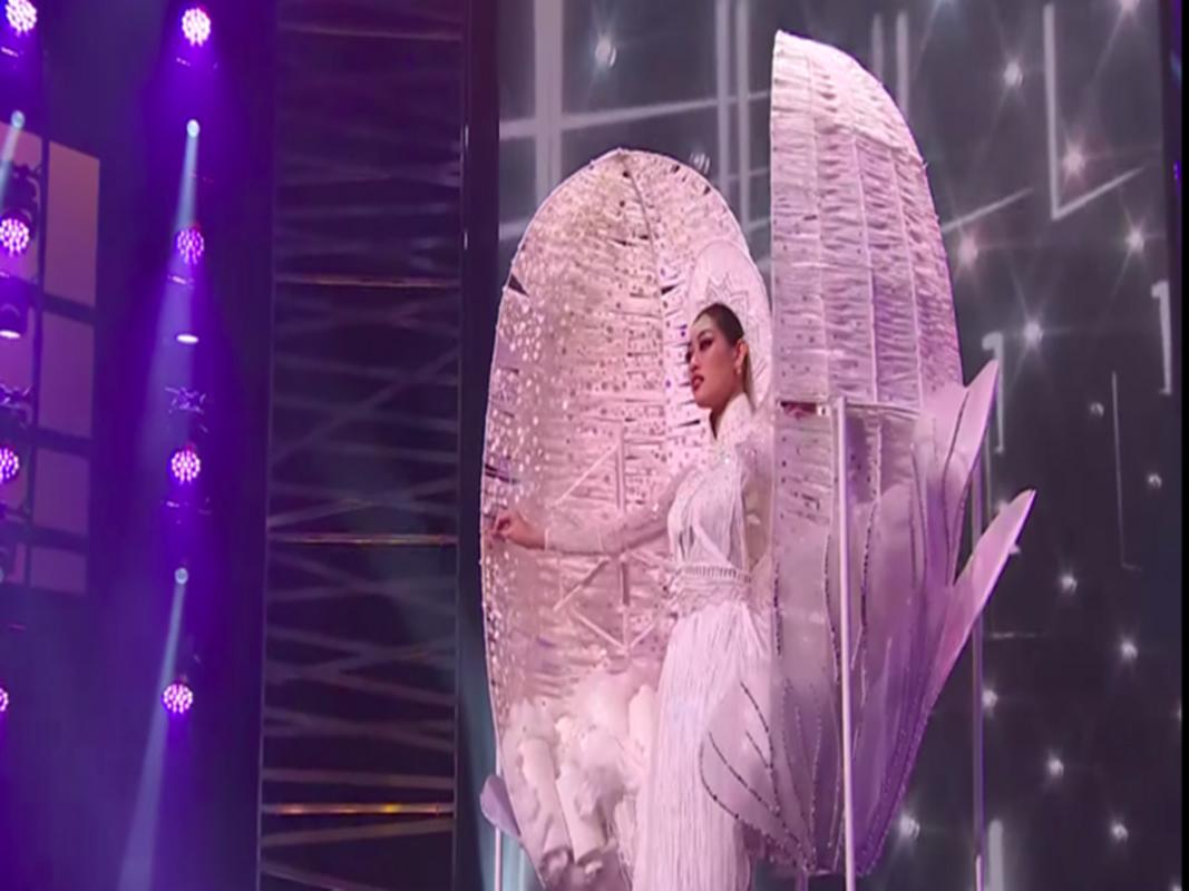 Khanh Van gap su co khi thi quoc phuc o Miss Universe-Hinh-2