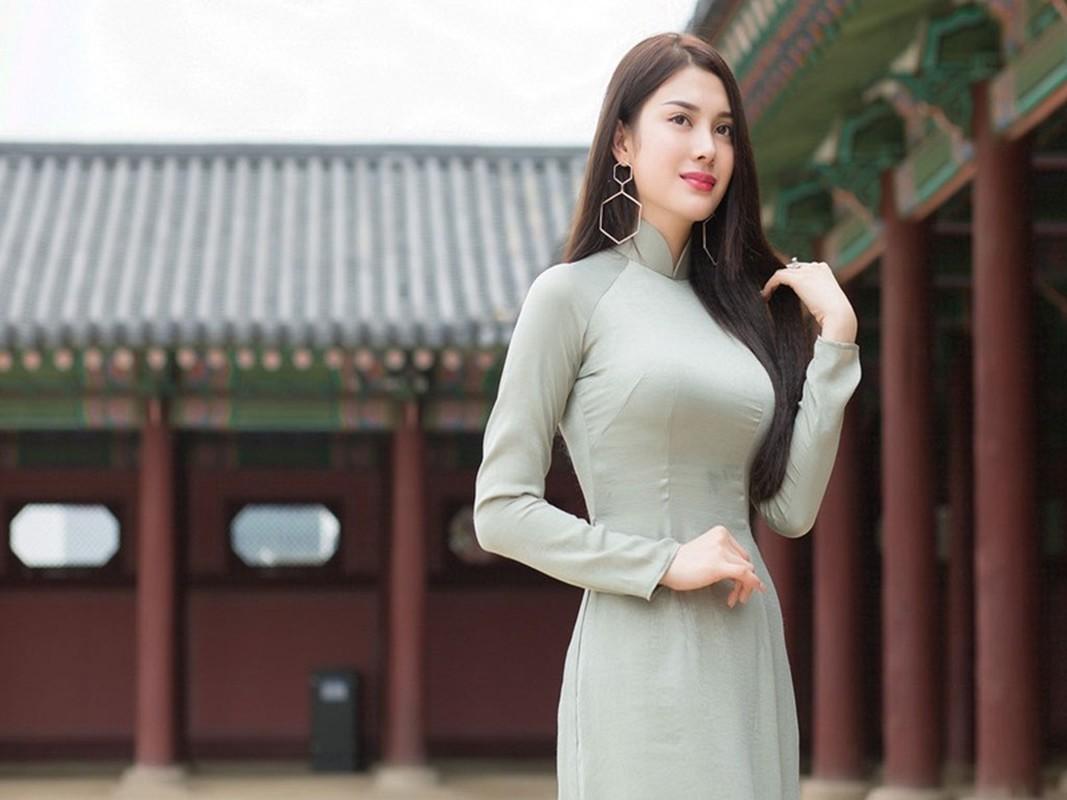 Lily Chen dung mau sieu xe voi Ngoc Trinh la ai?-Hinh-2