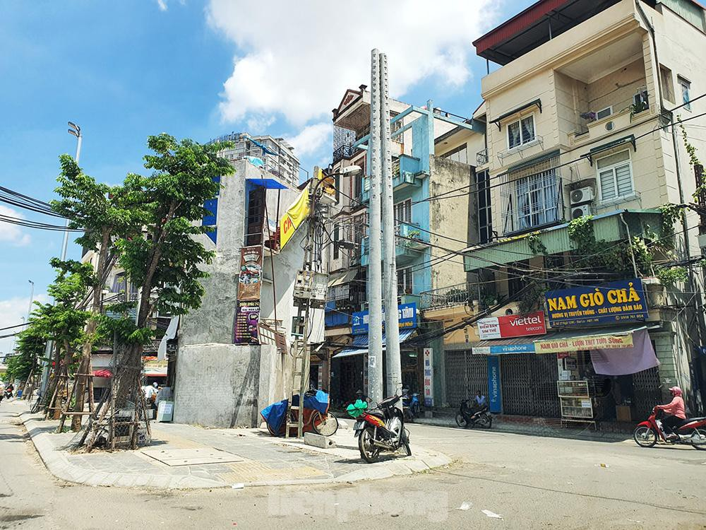 Can canh hang loat 'lo cot ky di' om tron via he Ha Noi-Hinh-12