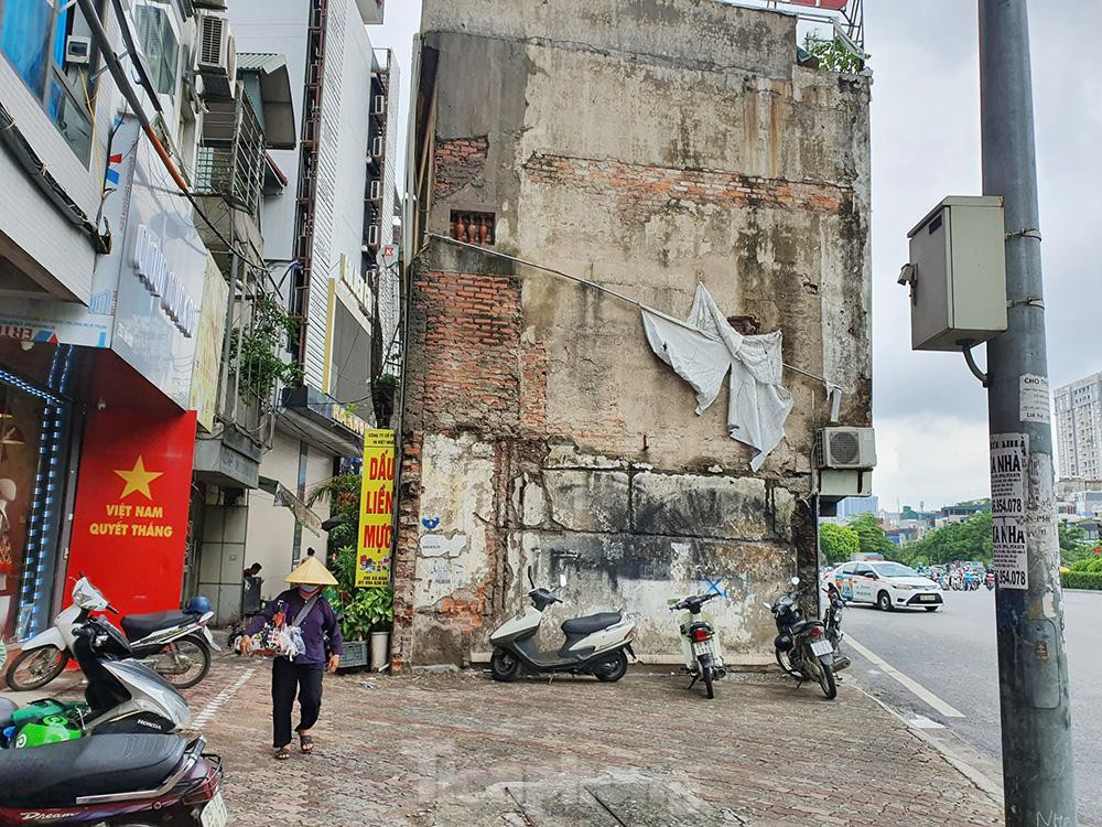 Can canh hang loat 'lo cot ky di' om tron via he Ha Noi-Hinh-2