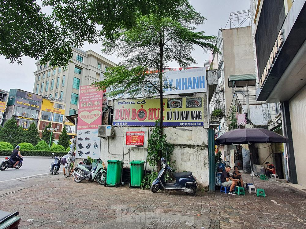 Can canh hang loat 'lo cot ky di' om tron via he Ha Noi-Hinh-3