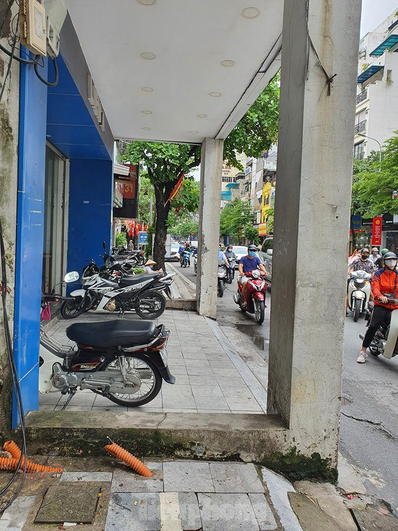 Can canh hang loat 'lo cot ky di' om tron via he Ha Noi-Hinh-6