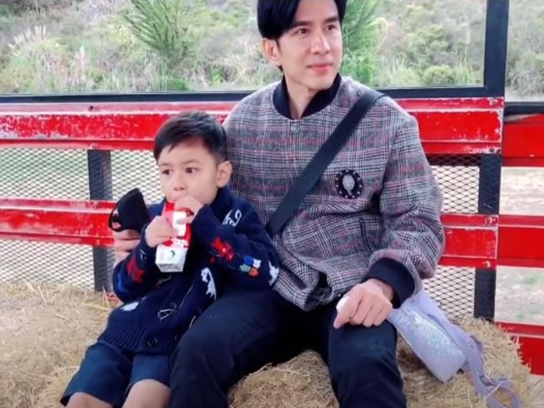 Sau ly hon, Dan Truong va vo cu dua con trai di choi