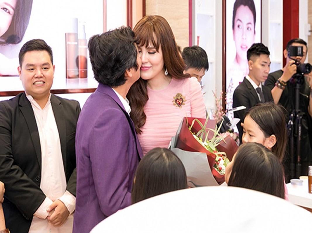 Soi hon nhan cua HH Phuong Le livestream tang tien cho nguoi ngheo-Hinh-5