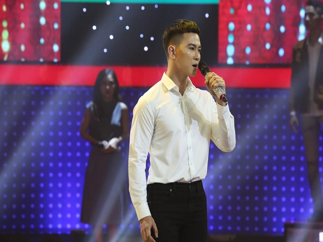 Ve dien trai cua MC Minh Tuan vuong on ao lo anh 18+-Hinh-8