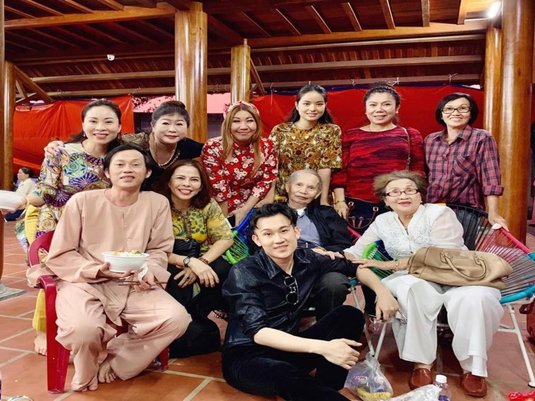 Xuc dong loat anh nghe si Hoai Linh - Duong Trieu Vu ben bo me-Hinh-2