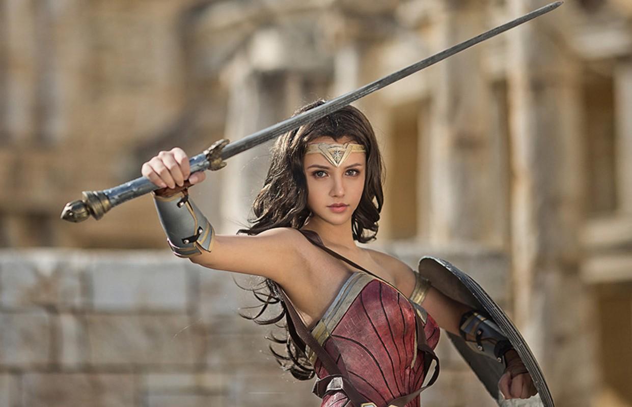 Ngo ngang co gai cosplay Wonder Woman dep khong kem ban goc-Hinh-3