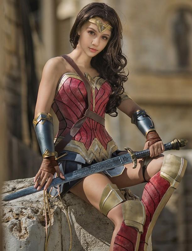 Ngo ngang co gai cosplay Wonder Woman dep khong kem ban goc-Hinh-7