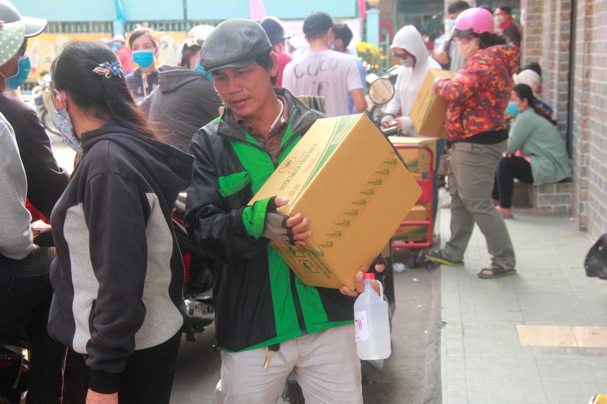 Thuong cam canh ba bau quyet bam tru o via he cho mua khau trang-Hinh-13