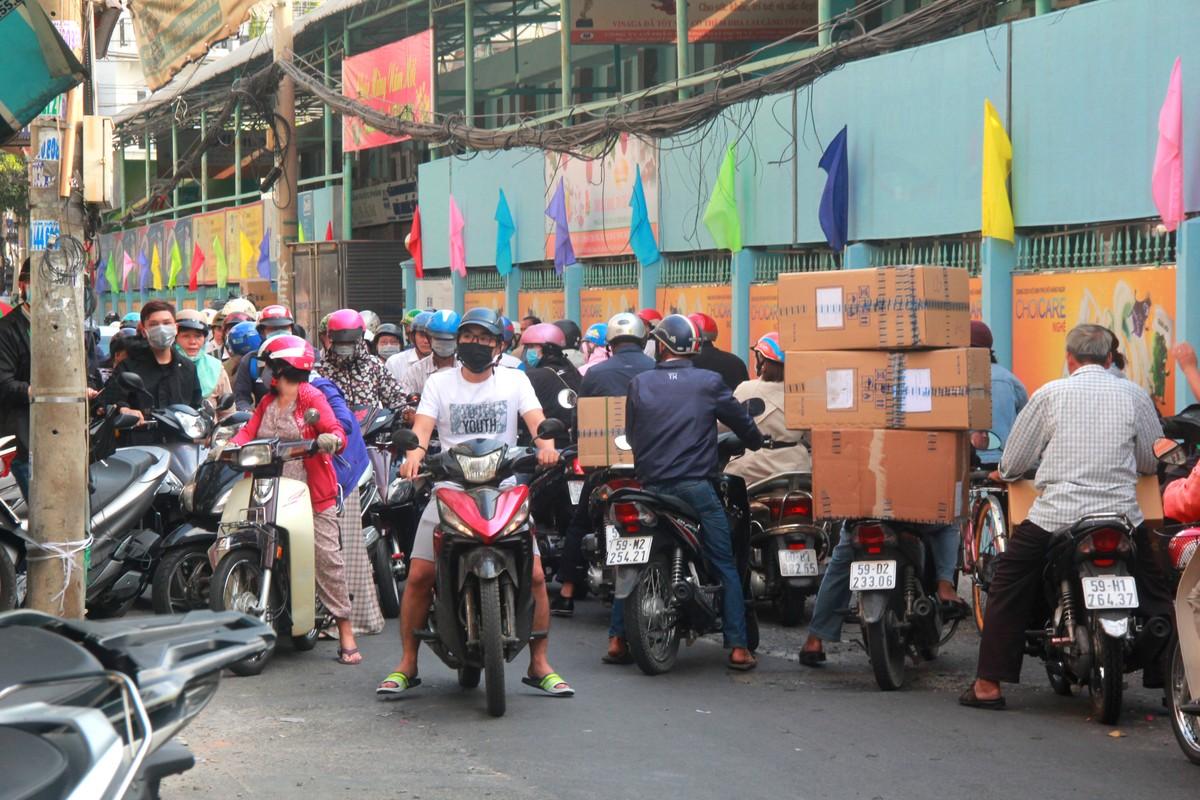 Thuong cam canh ba bau quyet bam tru o via he cho mua khau trang-Hinh-14