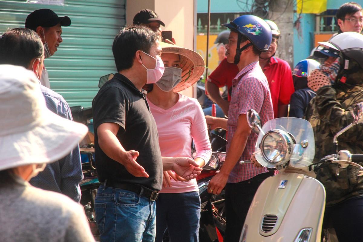 Thuong cam canh ba bau quyet bam tru o via he cho mua khau trang-Hinh-5