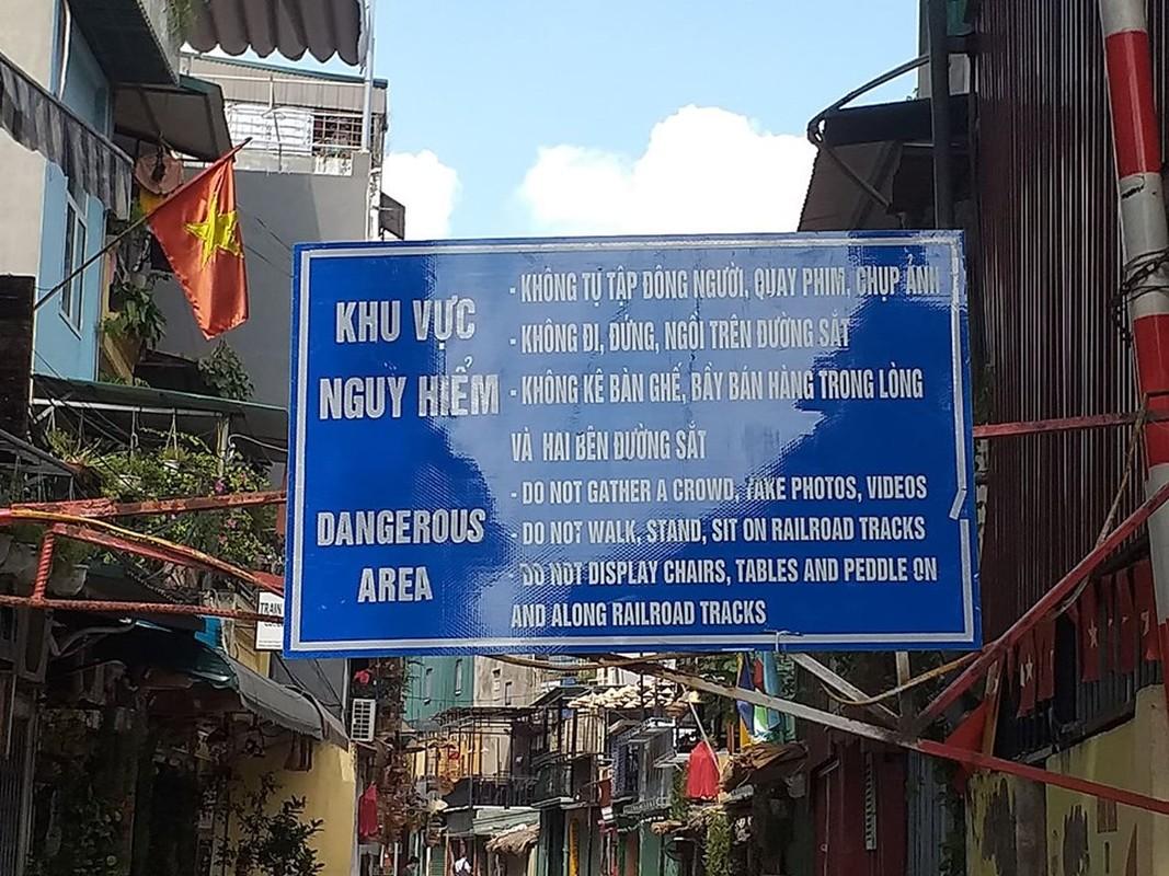 Khach Tay ngan ngo khi pho ca phe duong tau vang tanh-Hinh-3