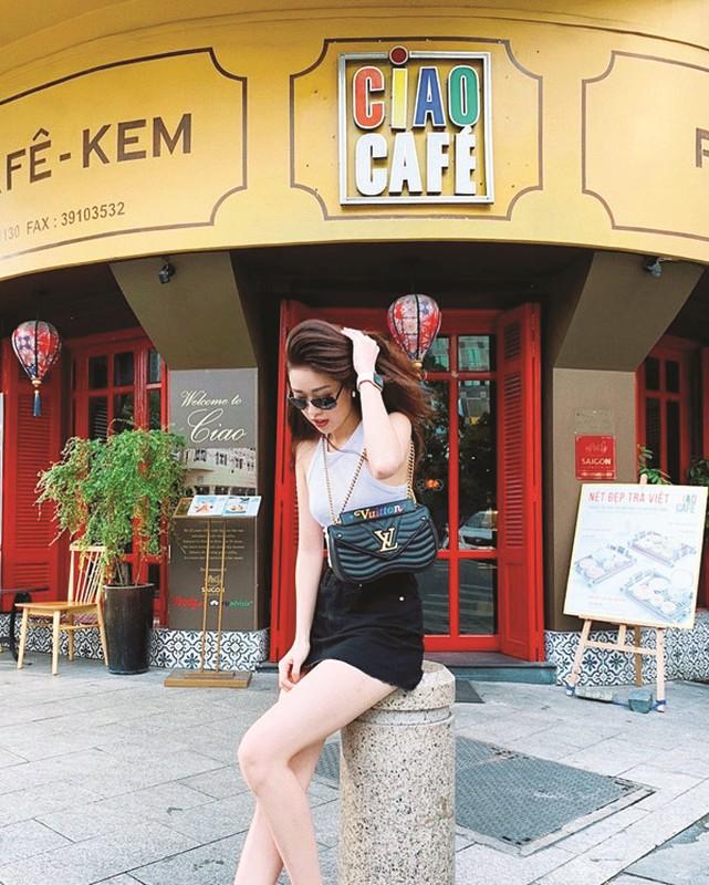 Hoa hau Khanh Van an mac the nao khi doi thuong-Hinh-4