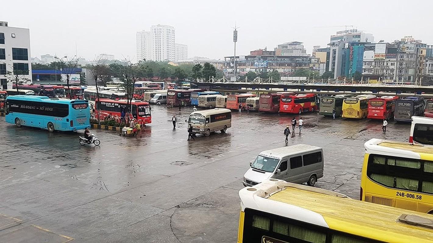 Dich Covid-19: Tai xe xe khach ngoi hut thuoc lao, vat chan nam ngu vi ben xe khong co khach-Hinh-4
