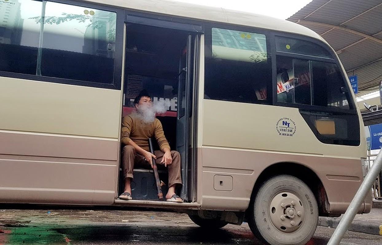 Dich Covid-19: Tai xe xe khach ngoi hut thuoc lao, vat chan nam ngu vi ben xe khong co khach-Hinh-8
