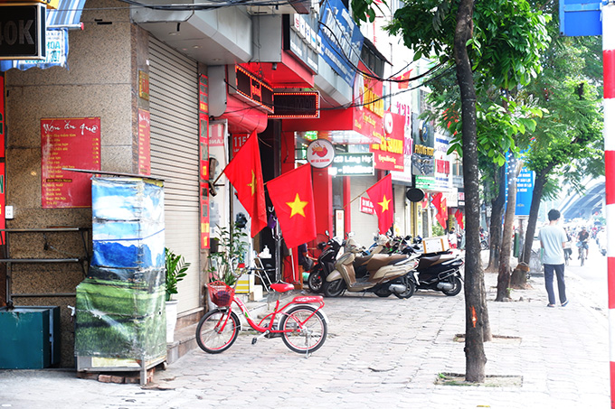 Pho phuong Ha Noi rop co chao mung dai le 30/4-Hinh-5