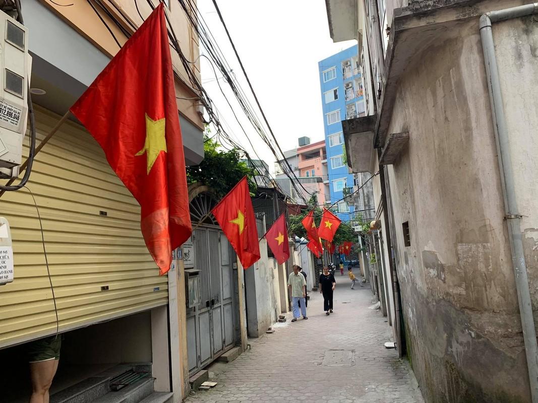 Pho phuong Ha Noi rop co chao mung dai le 30/4