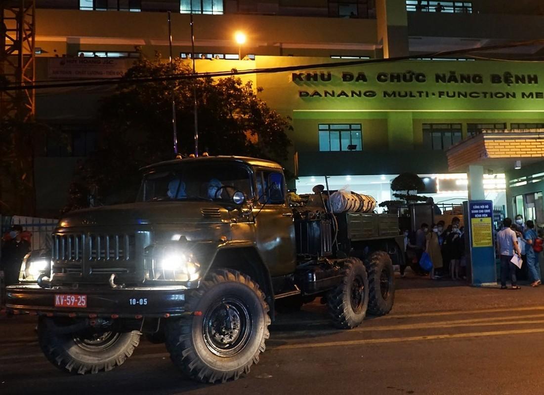Quan doi huy dong xe dac chung khu trung 2 benh vien o Da Nang trong dem-Hinh-2