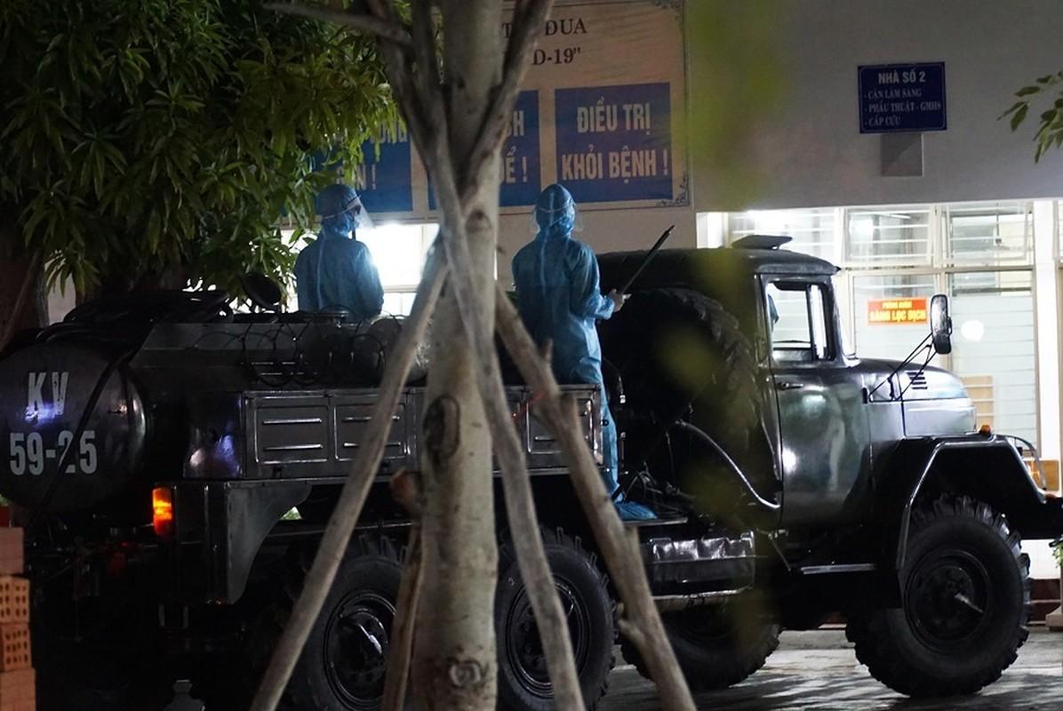 Quan doi huy dong xe dac chung khu trung 2 benh vien o Da Nang trong dem-Hinh-6
