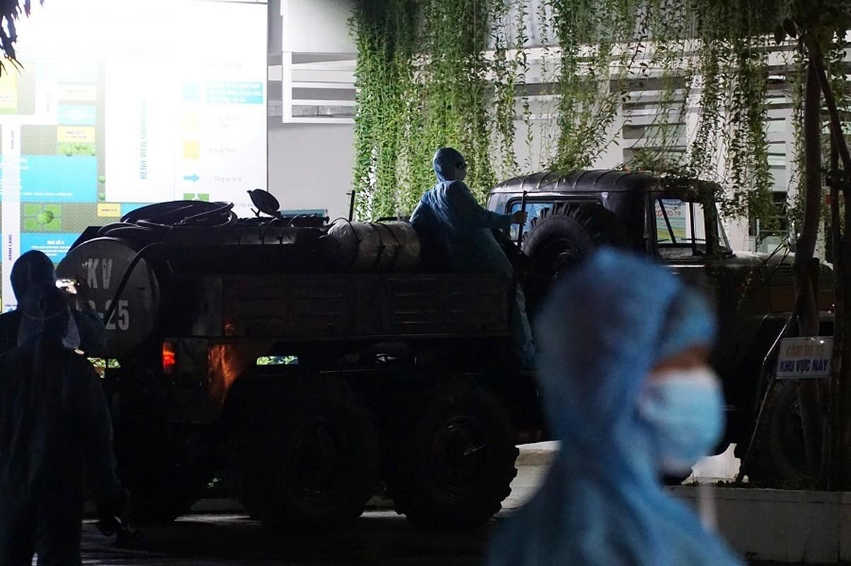 Quan doi huy dong xe dac chung khu trung 2 benh vien o Da Nang trong dem-Hinh-7