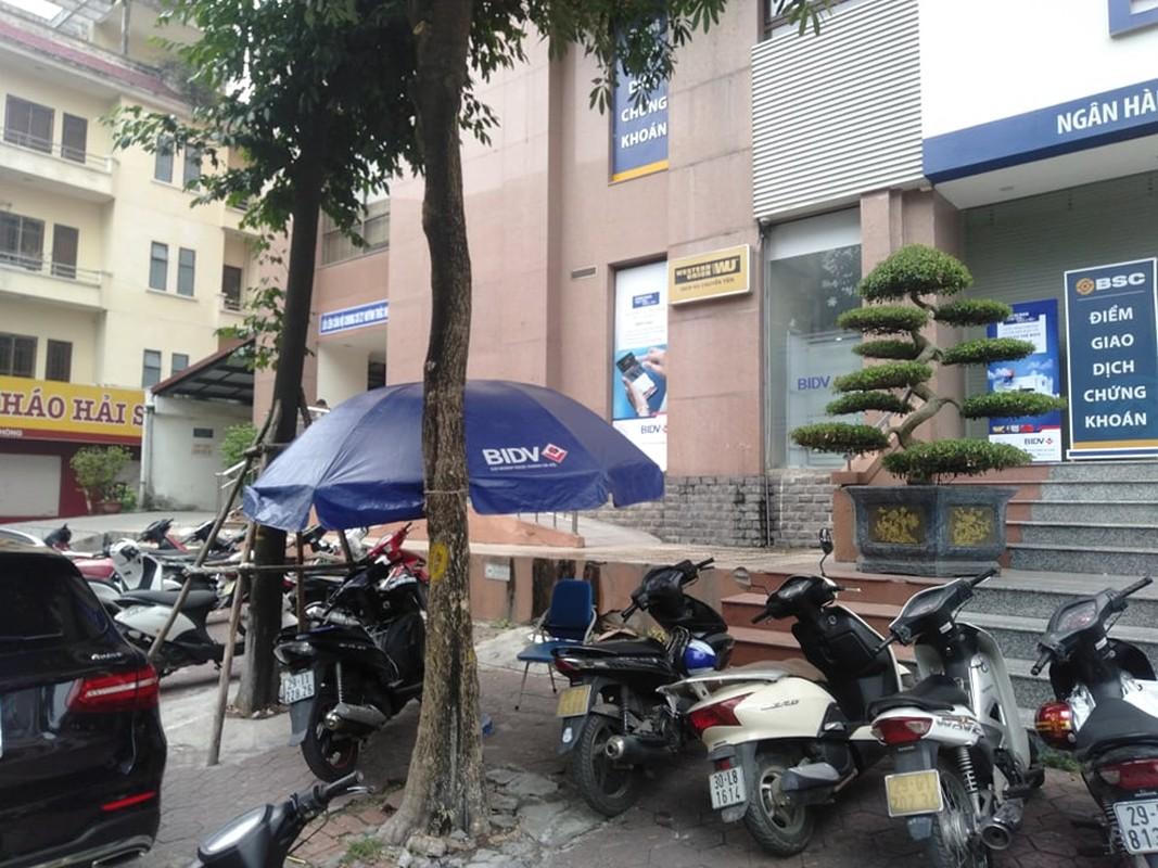 Truy bat 2 doi tuong no sung cuop ngan hang BIDV o Ha Noi-Hinh-2
