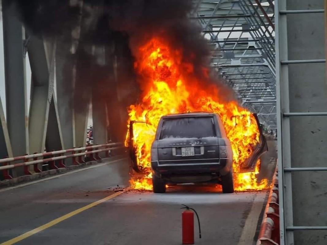 Xe Range Rover boc chay tro khung tren cau Chuong Duong-Hinh-4