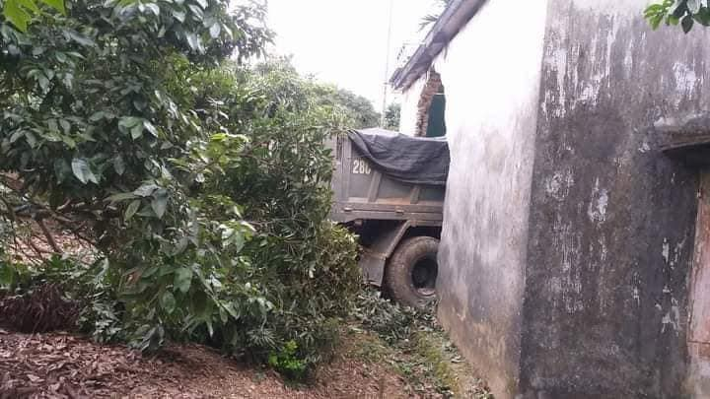 Hien truong vu xe tai mat lai, huc thung nha dan-Hinh-3