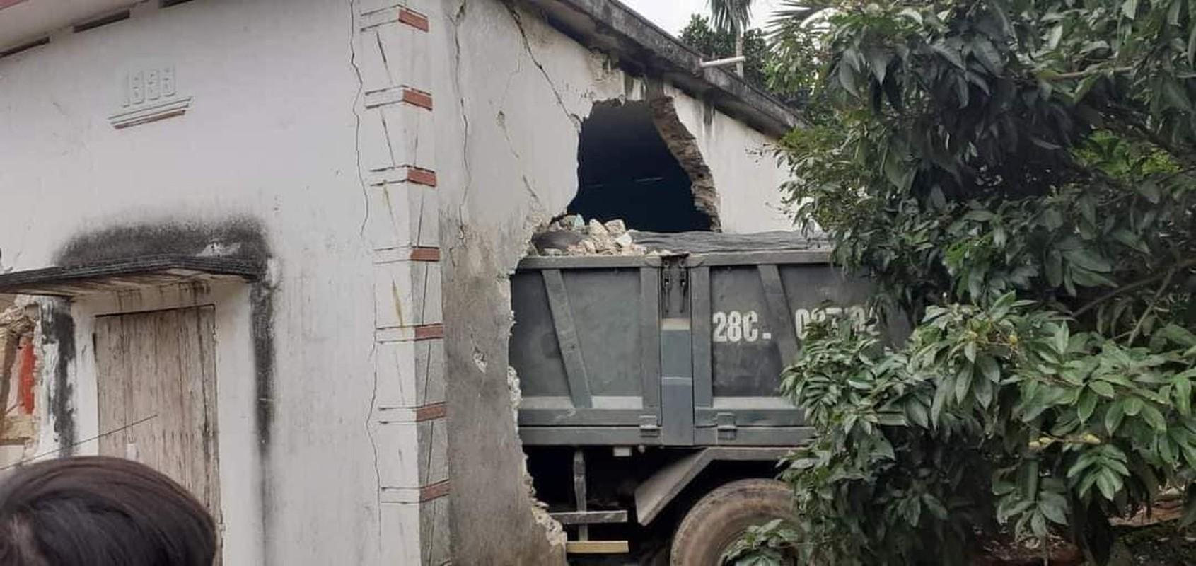 Hien truong vu xe tai mat lai, huc thung nha dan-Hinh-4
