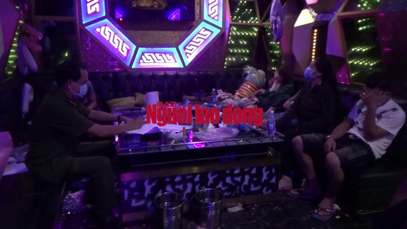 "Video: Dot kich quan karaoke luc 1 gio sang, CA phat hien nhieu ""chan dai"" dang bay lac-Hinh-2"