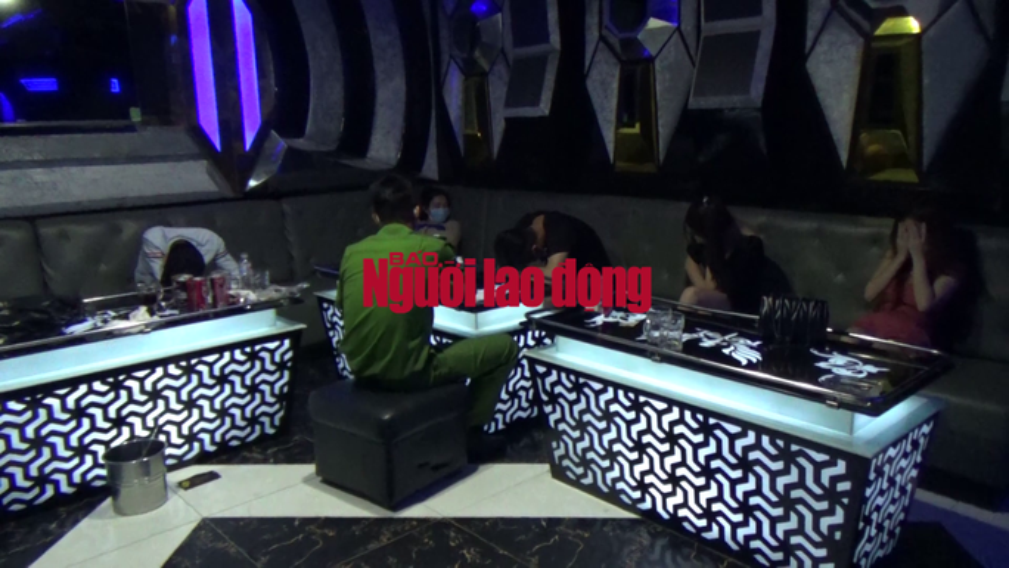 """Video: Dot kich quan karaoke luc 1 gio sang, CA phat hien nhieu """"chan dai"""" dang bay lac"""