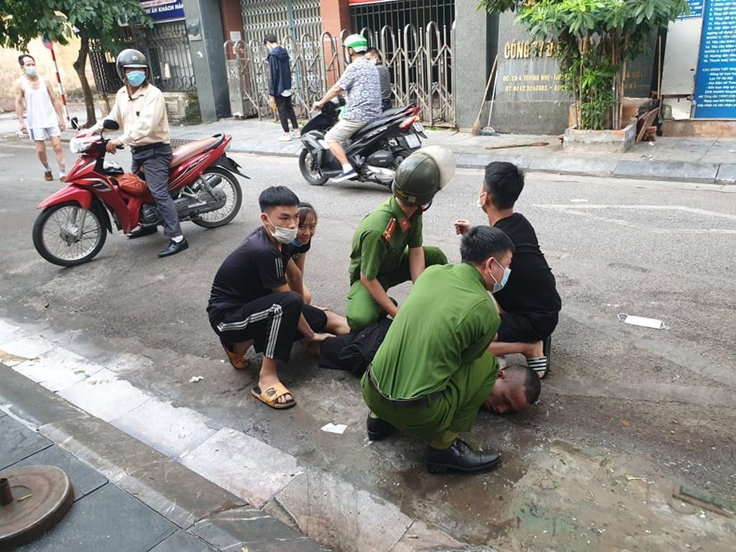 Khong che nguoi dan ong chan o to xin tien, doa giet nguoi di duong-Hinh-3