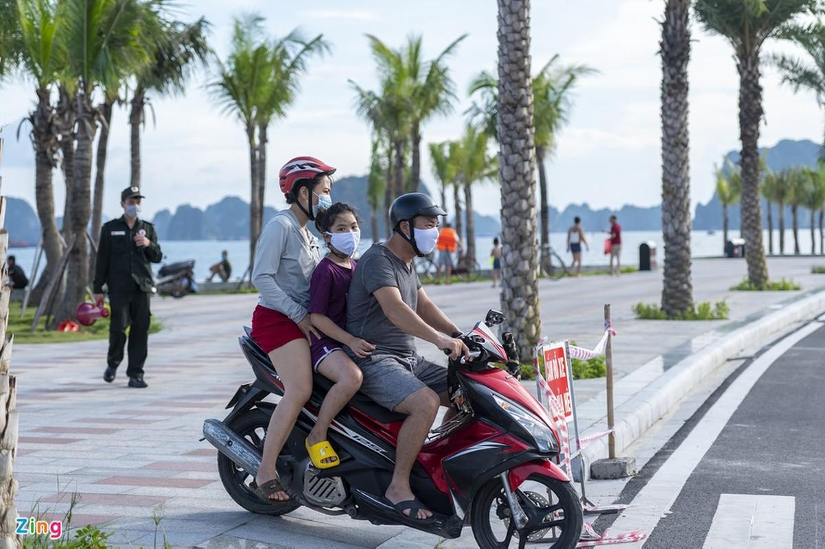 Hang tram tai xe oto thieu y thuc khi tam bien o Ha Long-Hinh-13