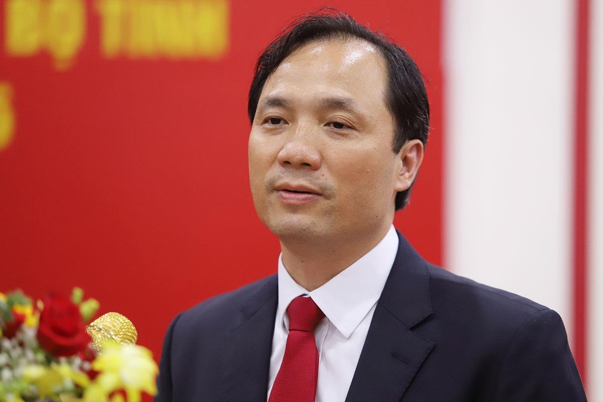 Chan dung ong Hoang Trung Dung tai dac cu Chu tich HDND tinh Ha Tinh-Hinh-4