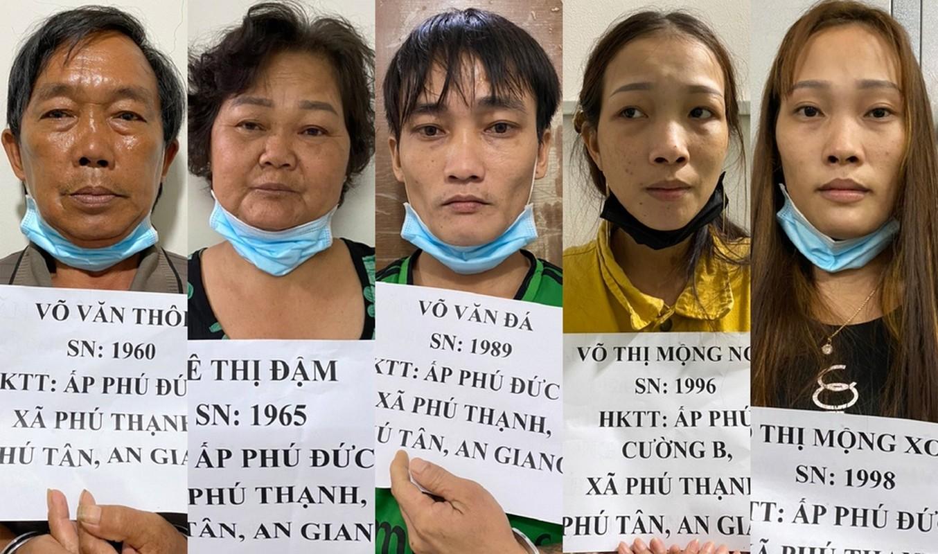 Tin nong 27/7: Dem vong hoa tang den nha de doi no-Hinh-3