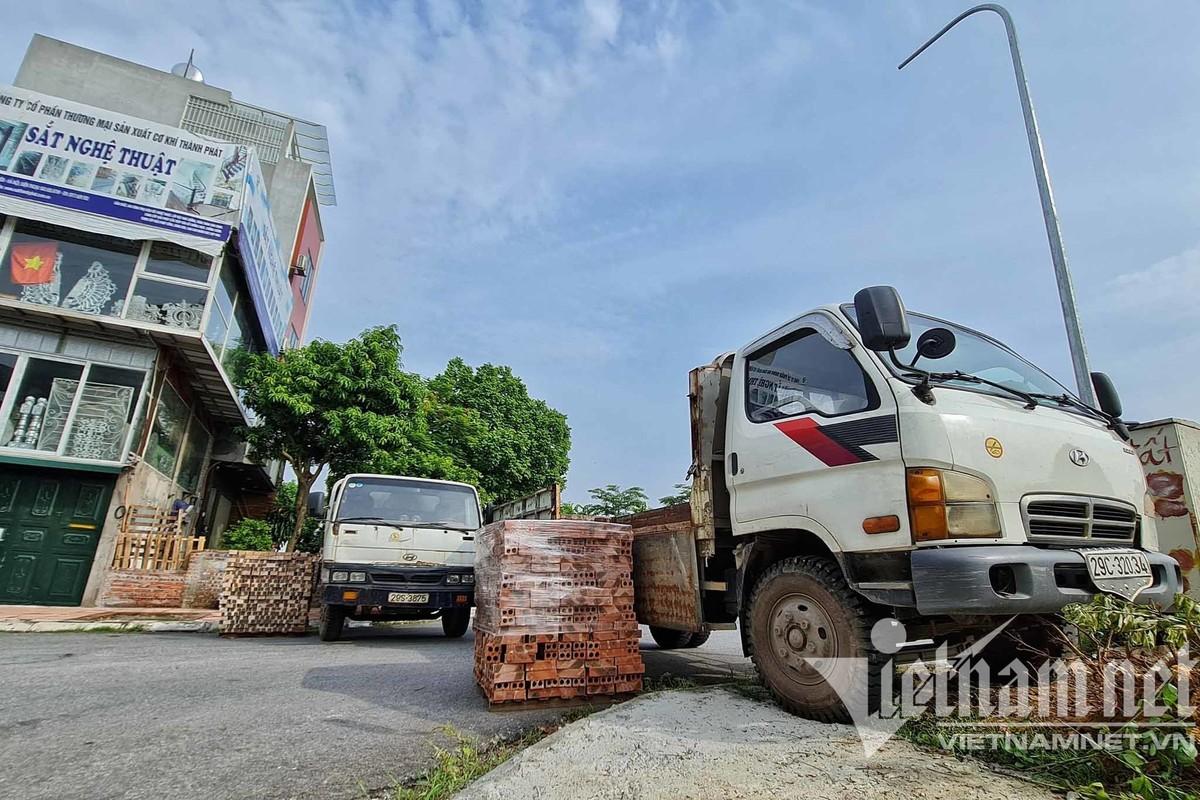 Xe tai, container, cong be tong... thanh lo cot chong COVID-19-Hinh-6
