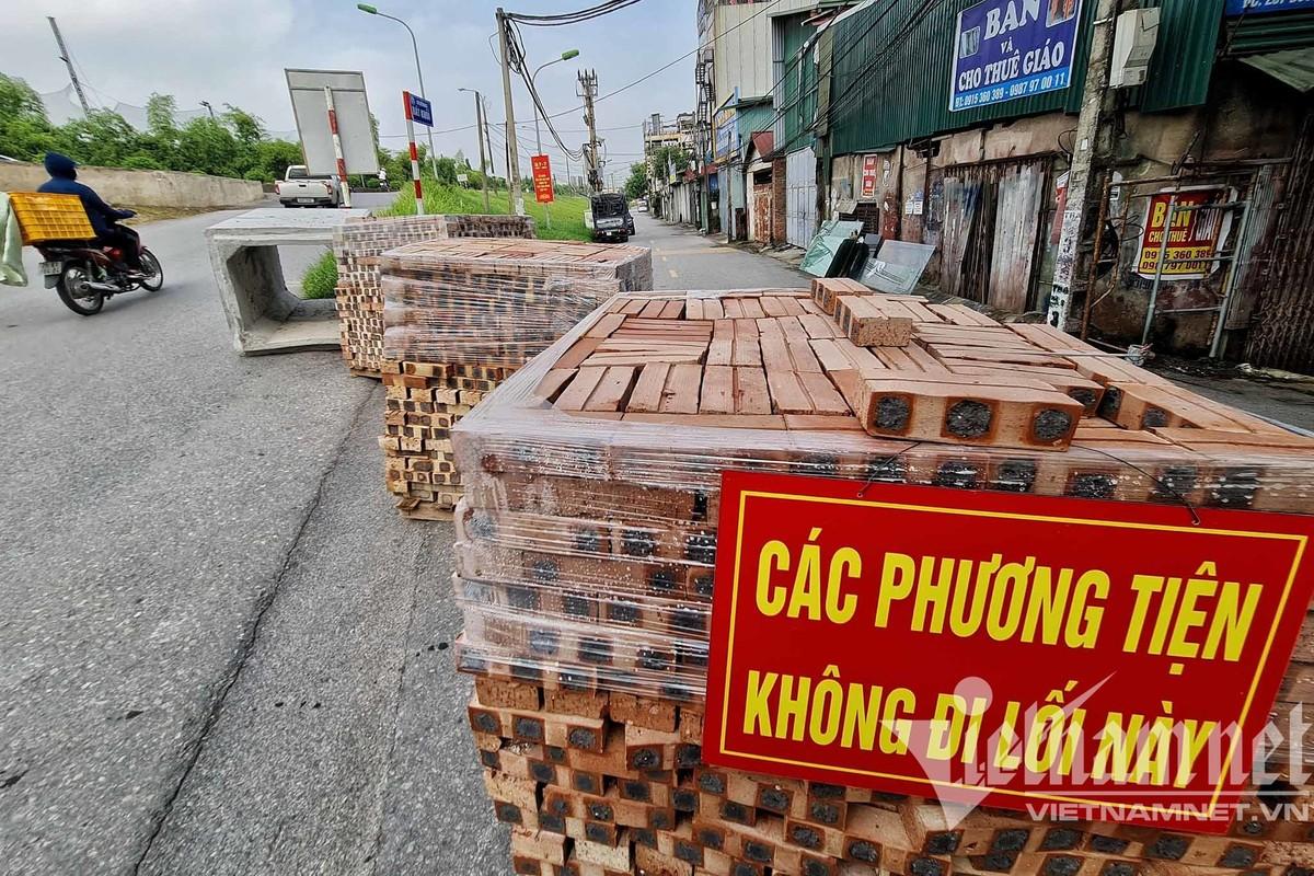 Xe tai, container, cong be tong... thanh lo cot chong COVID-19-Hinh-8
