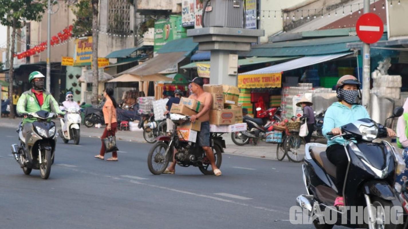 Xe may cu nat nhan nhan long hanh tren pho Ha Noi-Hinh-10