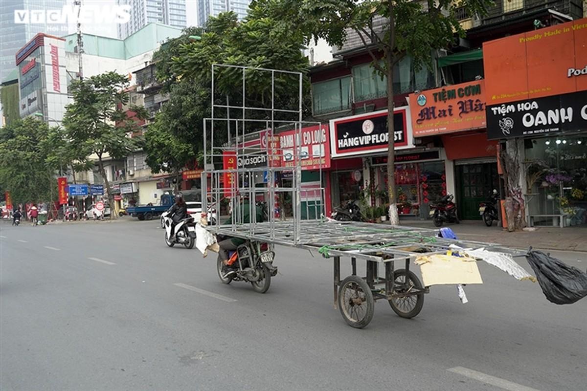 Xe may cu nat nhan nhan long hanh tren pho Ha Noi-Hinh-12
