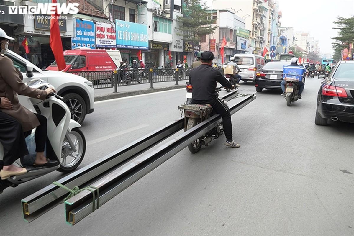 Xe may cu nat nhan nhan long hanh tren pho Ha Noi-Hinh-13