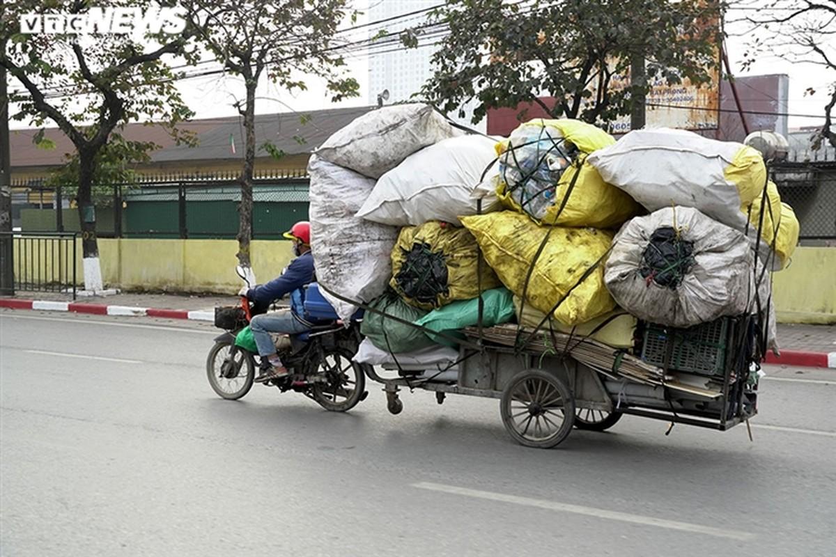 Xe may cu nat nhan nhan long hanh tren pho Ha Noi-Hinh-14