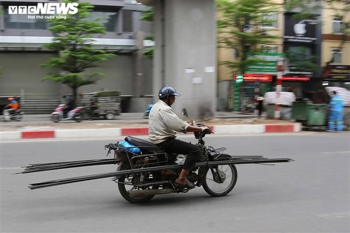 Xe may cu nat nhan nhan long hanh tren pho Ha Noi-Hinh-15