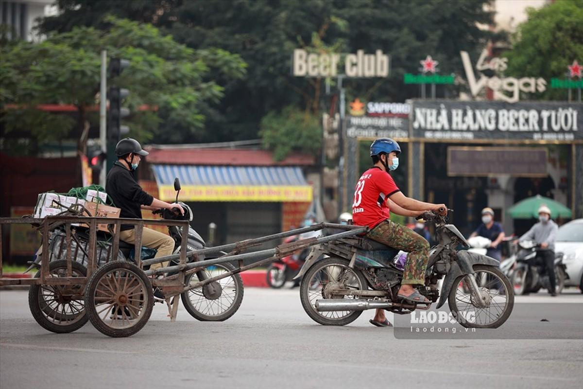 Xe may cu nat nhan nhan long hanh tren pho Ha Noi-Hinh-3