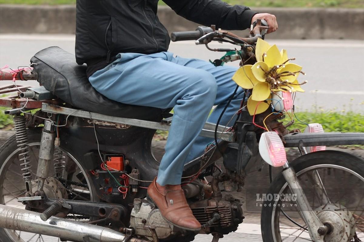 Xe may cu nat nhan nhan long hanh tren pho Ha Noi-Hinh-4