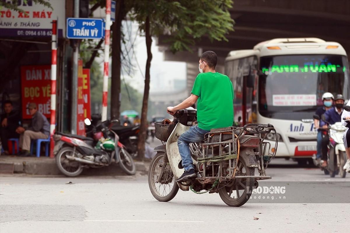 Xe may cu nat nhan nhan long hanh tren pho Ha Noi-Hinh-5