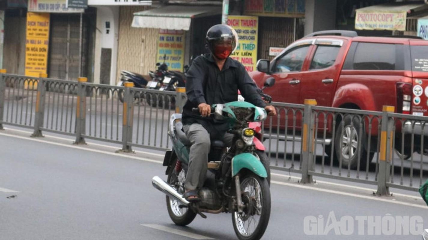 Xe may cu nat nhan nhan long hanh tren pho Ha Noi-Hinh-6