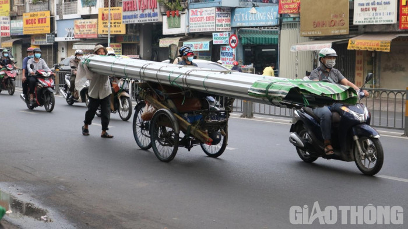 Xe may cu nat nhan nhan long hanh tren pho Ha Noi-Hinh-7